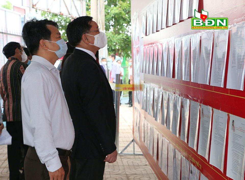 Các đồng chí lãnh đạo tỉnh dự khai mạc bầu cử tại tổ bầu cử số 3, phường Nghĩa Tân (Gia Nghĩa)